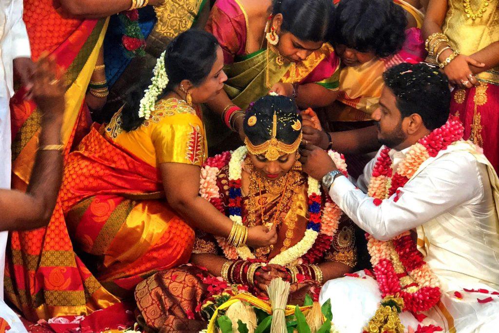 The groom ties the Thaali